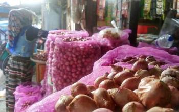 Distributor bawang di Jalan Seram, Pasar Besar Palangka Raya melayanai pembeli, Rabu (16/11/2016). BORNEONEWS/RONI SAHALA