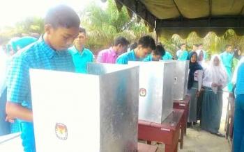 Ratusan pemilih pemula di SMK Negeri 2 Kumai mengikuti simulasi pencoblosan yang diadakan oleh KPU Kotawaringin Barat. BORNEONEWS/KOKO SULISTYO