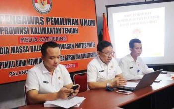 Tiga Komisioner Bawaslu Kalteng saat memaparkan hasil pengawasan di Pilkada Kobar dan Barsel, Rabu di sekretariat jalan tumenggung tandang Palangka Raya. BORNEONEWS/ROZIKIN