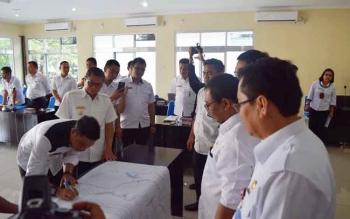 Penandatanganan tata batas Kotim-Seruyan oleh kedua Bupati,disaksikan Wagub Habib, Rabu (16/11/2016)