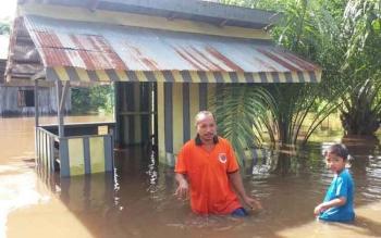 Banjir melanda puluhan rumah di Desa Pantai Harapan, Kecamatan Cempaga Hulu, Kabupaten Kotawaringin Timur, Kalimantan Tengah, terendam banjir, (Kamis (17/11/2016). BORNEONEWS/RAFIUDIN