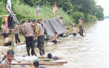Pramuka Gugus Depan (Gudep) 015-016 SMAN-1 Dusun Selatan mengikuti Jelajah Arung Sungai Barito. Mereka menggelar kemah gabungan di pinggiran DAS Barito selama tiga hari, 15-17 November 2016. BORNEONEWS/URIUTU DJAPER