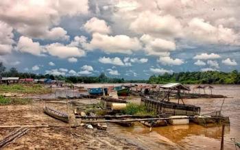 Sungai Kahayan, sungai utama di Palangka Raya sumber suplai air bagi danau di Kota Cantik ini. Mofit Saptono Subagio, Wakil Wali Kota Palangka Raya, Kamis (17/11/2016), mengajak warga menjaga kualitas air sungai. BORNEONEWS/TESTI PRISCILLA