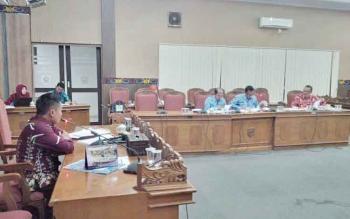 Kepala Baleg DPRD Kotim, Dadang H Syamsu memimpin rapat pembahasan Raperda ketiga, BPD, di ruang rapat paripurna DPRD Kotim, Kamis (17/11/2016). Sebelumnya, Baleg bahas Perangkat Daerah, dan BUMD. BORNEONEWS/M. RIFQI