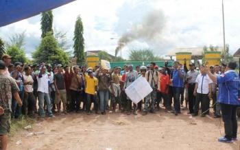 Ratusan karyawan perusahan kelapa sawit PT SISK (Makin Group) melakukan aksi mogok kerja dan menutup aktivitas pabrik, Kamis (16/11/2016). BORNEONEWS/RAFIUDIN