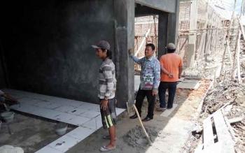 Bupati saat meninjau pembangunan Pasar Patanak. BORNEONEWS/JAMES DONNY