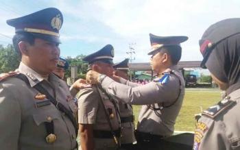 Kapolres Kapuas, AKBP Jukiman Situmorang tengah melepas dan memasang tanda jabatan kasat dan kapolsek, Kamis (17/11/2016). BORNEONEWS/DJEMMY NAPOLEON