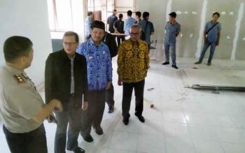 Wakil Ketua Pengadilan Tinggi Kalimantan Tengah, H. Kresna Menon (dua kiri), didampingi Pejabat Lamandau mengunjungi calon kantor sementara PN Nanga Bulik, di jalan Bukit Hibul Utara, Kamis (17/11/2016). BORNEONEWS/HENDI NURFALAH