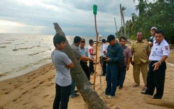 Tim pra studi saat menentukan titik koordinat rencana pembangunan tol laut di Desa Sabuai Barat. BORNEONEWS/FAHRUDDIN FITRIYA