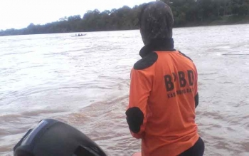 Petugas BPBD Murung Raya saat melakukan pencarian di Sungai Barito terhadap jasad bayi 8 bulan yang hilang sekitar Desa Muara Bumban Kecamatan Murung pada Selasa (15/11) lalu. BORNEONEWS/SUPRI ADI