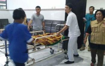 Korban ketika hendak dibawa pulang ke rumah duka. BORNEONEWS/BUDI YULIANTO