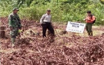 Tim Gabungan pantau warga Kelurahan Petuk Katimpun, Kota Palangka Raya, Jumat (18/11/2016), agar tak ada pembakaran lahan. BORNEONEWS/ROKIM