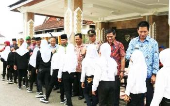 Bupati Barito Utara, H Nadalsyah, Kamis (17/11/2016), melepas keberangkatan Drumband MIN Lahei, dalam rangka mengikuti Borneo Marching Day IV, di Banjarmasin Kalimantan Selatan, 25-28 November 2016. BORNEONEWS/PPOST/AGUS SIDIK