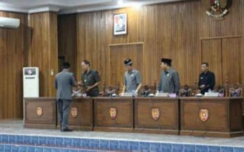 Pengisian dua kursi Wakil Ketua DPRD Kotawaringin Barat, yang ditinggalkan Hj. Nurhidayah dan Ahmadi Riansyah karena mengikuti Pilkada Kotawaringin Barat 2017, tinggal tunggu usulan partai politik. BORNEONEWS/DOK