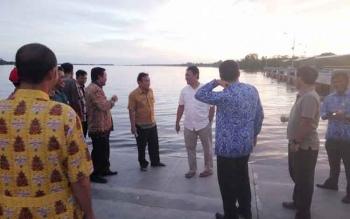 Bupati H Edy Pratowo (baju putih) bersama sejumlah pejabat lingkup Pemkab Pulang Pisau saat menijau pelabuhan Sei Tunggul Kecamatan Kahayan Kuala, Kamis (17/11/2016) sore. BORNEONEWS/JAMES DONNY