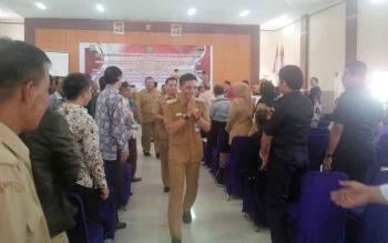 Bupati Kotawaringin Timur Supian Hadi usai menghadiri pertemuan dengan tokoh lintas agama di Sampit, baru-baru ini. BORNEONEWS/RAFIUDIN