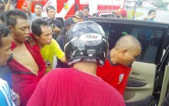 Akhmad Baihaki ketika hendak dimasukan ke mobil warga untuk dibawa ke RSUD dr Doris Sylvanus Palangka Raya, Jumat (18/11/2016). BORNEONEWS/BUDI YULIANTO