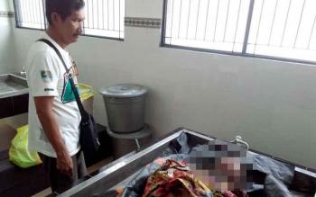 Petugas kamar jenazah ketika menunjukan korban. BORNEONEWS/BUDI YULIANTO
