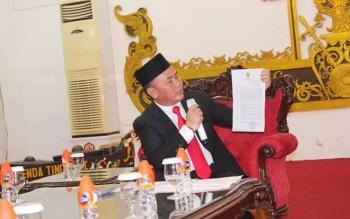 Sugianto Sabran menunjukkan dua surat persetujuan tertulis dari Dirjen Otda Kemendagri dan persetujuan dari Mendagri, saat konferensi pers sesaat sebelum pelantikan pejabat, di Istana Isen Mulang. BORNEONEWS/ROZIKIN