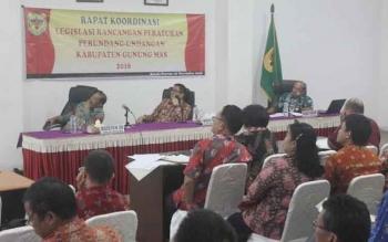 Wakil Bupati Gumas Rony Karlos (tengah) memimpin rapat koordinasi legislasi rancangan peraturan perundang-undangan di Kabupaten Gumas di ruang rapat lantai I kantor Bupati Gumas, Jumat (18/11/2016). BORNEONEWS/EPRA SENTOSA