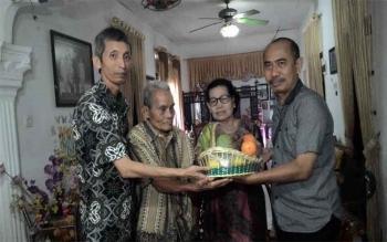 Menjelang perayaan Natal, panitia Natal 2016 PWI Kalimantan Tengah mengunjungi wartawan senior Kalteng, TT Suan, Sabtu (19/11/2016). Ini rangkaian perayaan Natal 2016 yang puncaknya dilaksanakan, 17 Desember 2016. BORNEONEWS/TESTI PRISCILLA