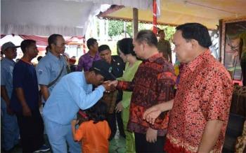 Bupati Kapuas, Ben Brahim S Bahat menyambut warga Transmigrasi Penduduk Asal (TPA) dan Warga Transmigrasi Penduduk Setempat (TPS) di Rumah Jabatan Bupati Kapuas, Sabtu (20/11/2016) Siang. BORNEONEWS/DJEMMY NAPOLEON