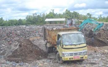 Truk sampah menumpuk sampah di lokasi Tampat Pembuangan Akhir (TPA) Simpang Lunci, Sukamara. Menurut Kepala BLH Sukamara, Iwan Miraza, Senin (21/11/2016), proses penumpukan sampah di TPA Simpang Lunci akan jadi sumber gas metan.