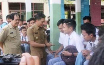 Bupati Kotim, Supian Hadi bersama Wakil Bupati Kotim, M Taufiq Mukri berdiskusi dengan para siswa saat mengunjungi SMK Negeri 2 Sampit. Minggu (20/11/2016), Bupati mengatakan, mutu pendidikan bergantung pada kompetensi guru. BORNEONEWS/RAFIUDIN