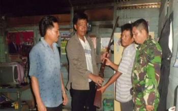 Anggota Kodim 1205/Sintang menerima enam pucuk senjata api, yang diserahkan warga secara sukarela, Senin (21/11/2016). Senjata diserahkan oleh Apong Manja, Kepala Dusun Mengkirai, Kayan Hilir, Kabupaten Sintang. BORNEONEWS/PENDAM TANJUNGPURA