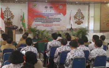 Wakil Bupati Gunung Mas, Rony Karlos membuka Konferensi Kabupaten PGRI Gunung Mas di GPU Tampung Penyang, Kuala Kurun, Senin (21/12/2016). Wabup Gumas berpesan agar guru tetap bersatu. BORNEONEWS/EPRA SENTOSA