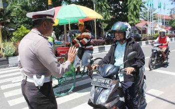 Anggota Satlantas Polres Kotim memberhentikan pengendara sepeda motor yang tidak menjepit tali helmnya, saat melintas di Jalan A Yani, Kota Sampit, Senin (21/11/2016). BORNEONEWS/M. HAMIM