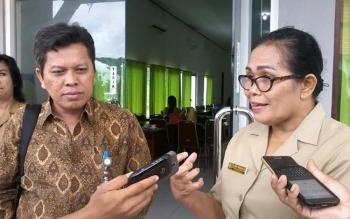 Kepala Dinas Sosial Katingan, Kesmi Pandiangan, dan Laode Taufik Nuriyadin dari Kementerian Sosial memberikan keterangan pers, Selasa (22/11/2016). BORNEONEWS/ABDUL GOFUR