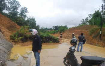 Akses Jalan H Koyem Barito Utara Tertimbun Longsor