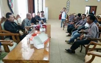 Sejumlah warga Talingke menyampaikan aspirasi kepada Ketua DPRD Katingan, Ignatius Mantir L Nussa didampingi Ketua Komisi II Supriyadi, Selasa (22/11/2016). BORNEONEWS/ABDUL GOFUR