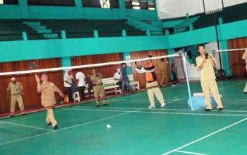 Ketua KONI Kotawaringin Timur Halikinnoor saat membuka pertandingan bulutangkis di GOR Habaring Hurung Sampit. BORNEONEWS/RAFIUDIN
