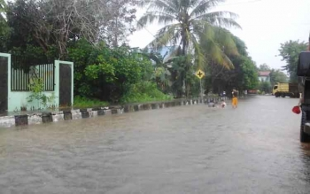 Kondisi banjir di Jalan Oberlin Metar, Pulang Pisau. Curah hujan yang sangat lebat, Selasa (22/11/2016) sejak pukul 04.00 WIB hingga 10.00, membuat sejumlah wilayah di Pulang Pisau, kebanjiran. BORNEONEWS/JAMES DONNY