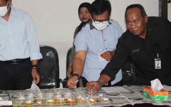 Kepala Bagian Humas dan Protokol Setda Kotim, Multazam bersama aparat Kepolisian memantau proses tes urine ASN Setda Kotim, di Sampit, Selasa (22/11/2016). BORNEONEWS/RAFIUDIN