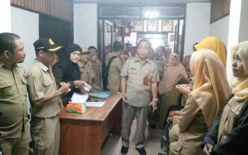 Sekretaris Daerah Kotim Putu Sudarsana berbincang dengan puluhan ASN di Setda Kotim, Selasa (22/11/2016). Jadi pejabat di Kotim harus bebas narkoba. BORNEONEWS/RAFIUDIN