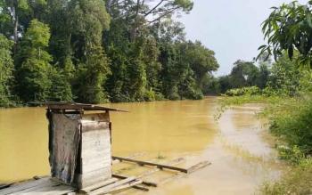 Debit air di hulu Sungai Arut, Kelurahan Pangkut, Kecamatan Arut Utara, Kobar naik setinggi 30 cm, Sabtu (19/11/2016). Pangkut dan desa sekitarnya titik terparah banjir akhir 2015. BORNEONEWS/RADEN ARIYO