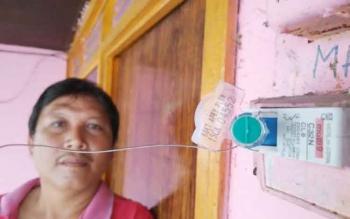 Setiawan, warga Kampung Baru, Selasa (22/11/2016), menunjukkan tombol sakelar on/off di bawah speedometer yang disegel PLN, di Gang Kemuring 2, Jln Gm Arsyad, Kelurahan Kampung Baru. BORNEONEWS/ANDREANSYAH