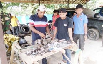 Suasana pelatihan otomotif dengan praktek langsung bertempat di Parkiran kantor Dinsosnakertran Lamandau, Rabu (23/11/2016)