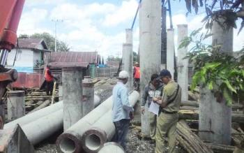 Dua jembatan di kawasan Jalan Kapuas, Kecamatan Selat, Kota Kuala Kapuas, sudah rampung 60 persen. Saat ini fisik jembatan dalam pemasangan besi cor di bagian lantai dan tinggal mencor semen. BORNEONEWS/DJEMMY NAPOLEON