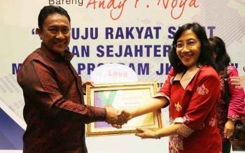 Bupati Pulang Pisau, H. Edy Pratowo menerima penghargaan dari BPJS Kesehatan, ditandatangani Prof. Fahmi Idris, Direktur Utama BPJS Kesehatan. Penghargaan diserahkan oleh Kepala Kantor Divisi Regional VIII Kalimantan BPJS Kesehatan, Ni Mas Ratna Sudewi, d