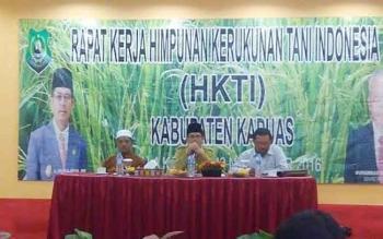 Wakil Buati Kapuas, H Muhajirin, yang juga Ketua Himpunan Kerukunan Tani Indonesia (HKTI) Kapuas, Selasa (22/11/2016), memimpin Rapat Kerja HKTI membahas program prioritas untuk kemajuan petani. BORNEONEWS/DJEMMY NAPOLEON