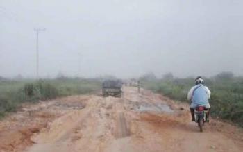 Jalan Pangkalan Bun-Kotawaringin Lama (Kolam), Kabupaten Kotawaringin Barat. Anggota Komisi C DPRD Kobar, Bambang Suherman, Rabu (23/11/2016), mencatat pungli terhadap pengendara di jalur ini ada 12 titik. BORNEONEWS/RADEN ARIYO