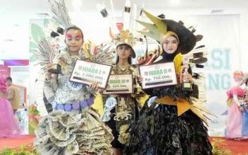 Para juara dalam lomba pameran busana dari bahan daur ulang tingkat pelajar. BORNEONEWS/FAHRUDDIN FITRIYA