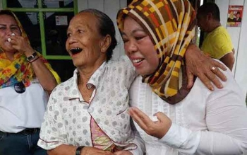 Calon Bupati Kabuoaten Kotawaringin Barat saat blusukan menyambangi warga di Mendawai dan Kelurarahan Raja Seberang, Rabu (23/11/2016) . Sementara itu Rabu (23/11/2016) Nurhidayah juga melakukan kampanye terbatas di Kecamatan Arut Utara. BORNEONEWS/KOKO