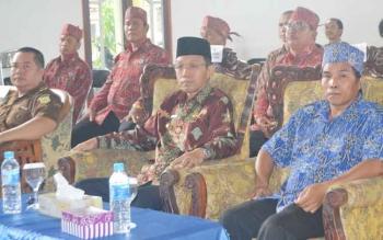 Bupati Barsel, H Mugeni (tengah) bersama Ketua BPH AMAN Kalteng, Simpun Sampurna. BORNEONEWS/URIUTU DJAPER