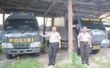 Wakapolres Sukamara Kompol Rochmat Slamet saat menunjukan mobil tahanan bantuan dari Mabes Polri, beberapa waktu lalu. BORNEONEWS/NORHASANAH