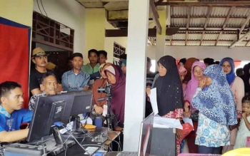Ratusan warga Kecamatan Teluk Sampit, Kabupaten Kotawaringin Timur, berbondong-bondong saat Disdukcapil melakukan perekaman di kecamatan itu beberapa waktu lalu. BORNEONEWS/RAFIUDIN